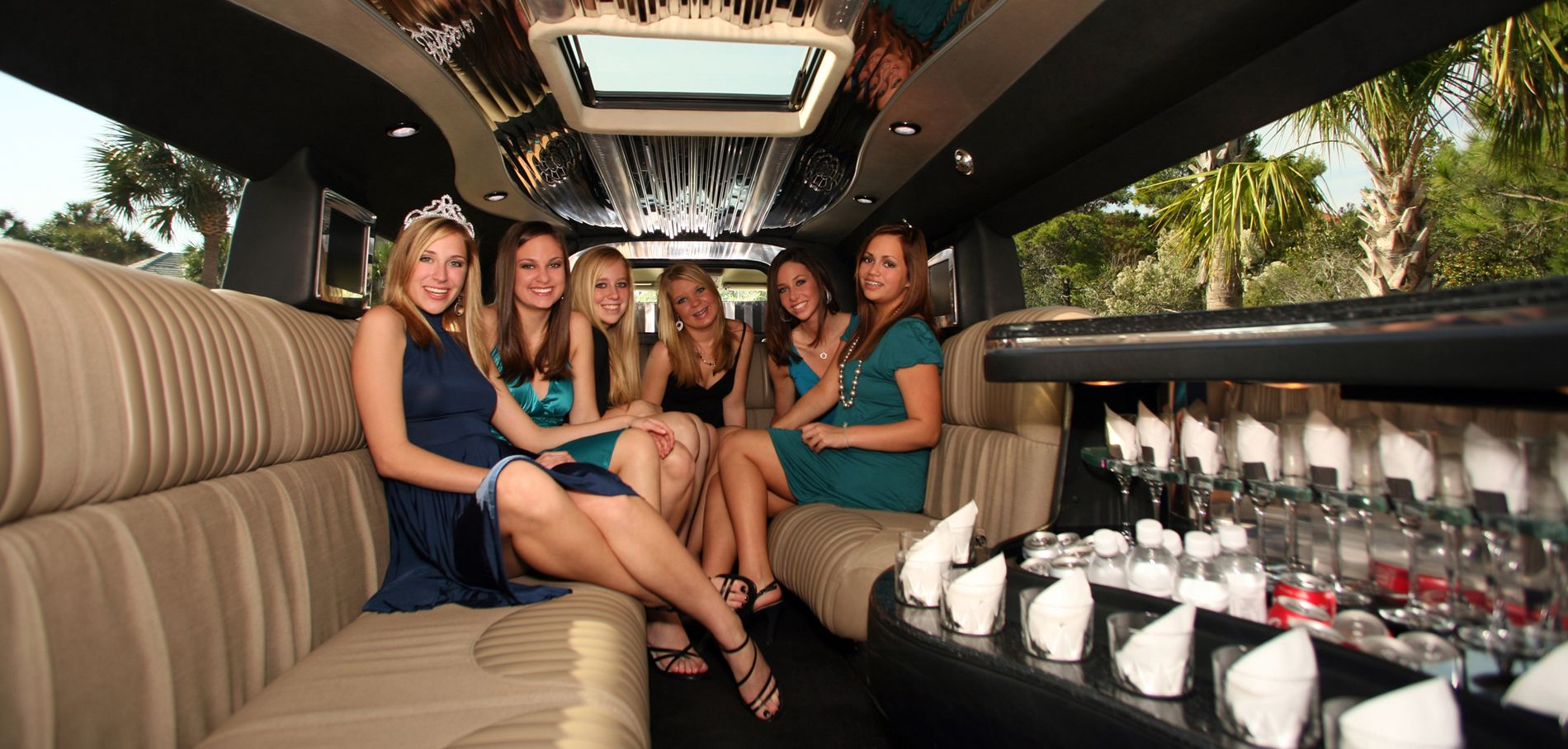 girls-luxurious-limo